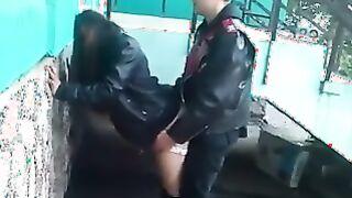 Entfernt den verdammten russischen Biker und die betrunkene Freundin am Eingang