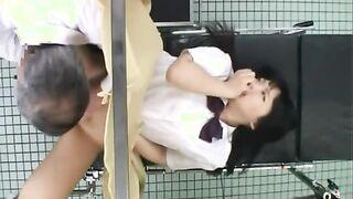 Der Gynäkologe bringt eine 18-jährige Japanerin durch Masturbation ihrer Flauschigen zum Orgasmus