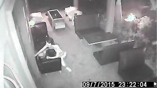 Die Kellnerin springt auf das Stripper-Mitglied, nachdem das Café geschlossen hat