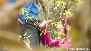 Rothaariges Mädchen saugte die Büsche ein und gab Krebs für 1000 Rubel