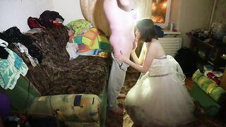 Die Braut saugt in ihrer Hochzeitsnacht ein Mitglied vom Vater des Bräutigams
