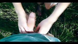 Junge in Gläsern saugt ein Mitglied eines Mannes auf dem See