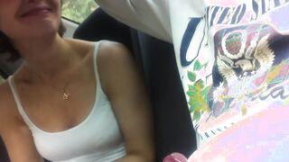Russische Frau saugt Schwanz von ihrem Geliebten im Auto auf dem Rücksitz