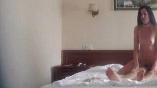 Ein Mann fickt ein Mädchen in einem Hotel in Gelendzhik und spritzt in ihren Mund