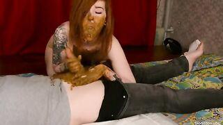 Frau mit Tätowierungen saugt Mist in der Scheiße