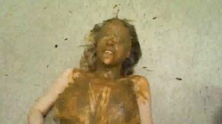 Mann perverse Mist Frau profiliert und verschmiert Scheiße auf sie