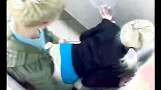 Krebs-Typ fickt Blondine in McDonald's Toilette