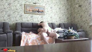 Dickbauchiger Mann fickt ein zierliches Mädchen auf einem Sofa zu Hause