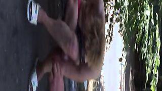 Khokhlushka Lena geht mit nackten Titten durch die Straßen von Kharkov