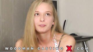 Blond mit einer rasierten Muschi bei Woodmans Porno Casting