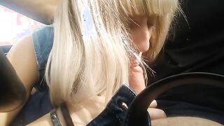 Blondine gibt einen Blowjob während der Fahrt, während sie mit einem Freund reitet