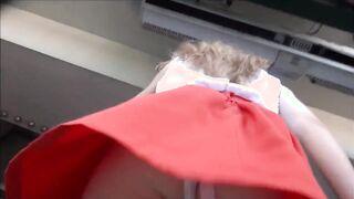 Unter den kurzen Röcken von Mädchen auf der Straße mit einer versteckten Kamera