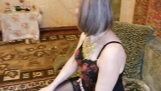 Frau spreizte die Beine und zeigt ihrem Mann die Vagina mit einer Kamera