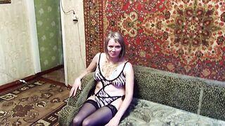 Eine rundliche Frau von 45 Jahren geht nackt vor ihrem Mann zu Hause