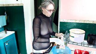 Der Ehemann fotografierte seine Frau ohne Höschen in der Küche eines Landhauses