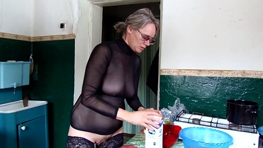In der küche hausfrauen nackt Brünette Hausfrau
