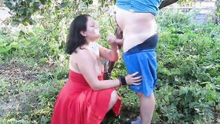 Der Mann auf dem Land fickte seine Frau in den Mund und pisste ihr Gesicht im Garten