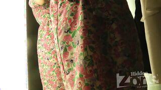 Versteckte Kamera in der Umkleidekabine des Ladens schoss ein schlankes Mädchen