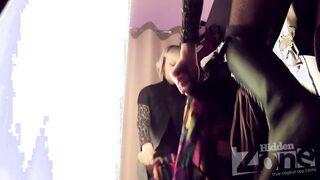 Die Blondine mit dem schönen Arsch stieg in der Umkleidekabine in eine versteckte Kamera