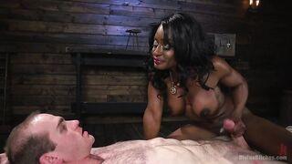 Die schlanke schwarze Frau sitzt eine Muschi auf dem Gesicht eines Mannes und lässt ihren Kitzler lecken