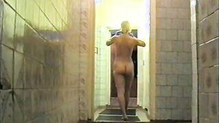 Die 18-jährige Katya zeigte einem Ficker in einer Sauna einen schlanken Körper