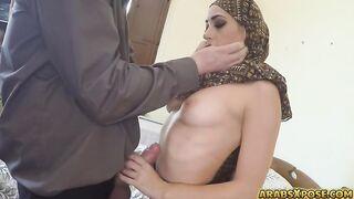 Eine muslimische Frau in einer Burka gibt einem weißen Europäer einen Blowjob für Geld