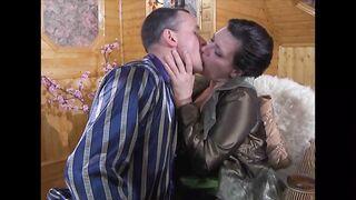 Russische Mutter fingert an einem schlafenden Sohn und fickt ihn dann