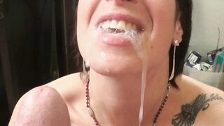 Der Mann beendete seine Frau im Mund mit so viel Sperma, dass sie nicht alles schlucken konnte
