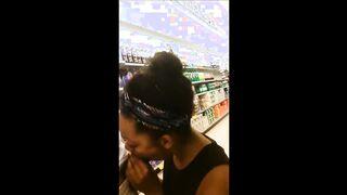 Ebenholz saugt Schwanz von einem weißen Mann in einem Supermarkt