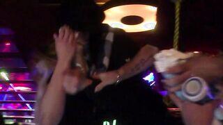 Betrunkene Frau gab einem Fremden in einem Club an der Bar einen Blowjob