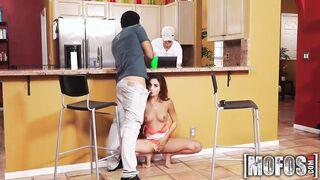 Frau saugt den Bruder ihres Mannes mit ihrem Mann unter den Tisch
