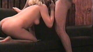 Blonde Schlampe saugt Schwanz in einem Kondom auf der Couch und auf dem Tisch (russischer Retro)
