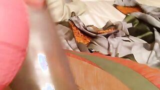 Das Mädchen bläst die kleinen Schamlippen mit einer Vakuumpumpe zu riesigen Widdern auf