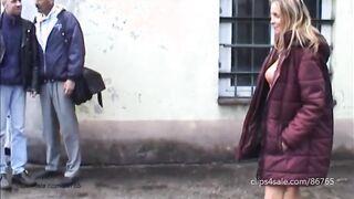 Die Frau geht nackt auf der Straße vor Passanten und der Ehemann nimmt ihr Video auf