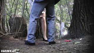 Die Frau setzte sich, um in Gegenwart ihres Mannes im Wald zu pinkeln