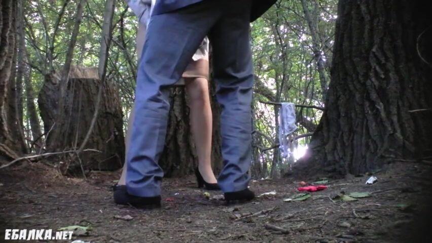 Wald im frau pisst wie Pinkelt