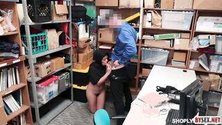 Der Chef hat bei einem Vorstellungsgespräch eine junge muslimische Frau in den Mund gefickt