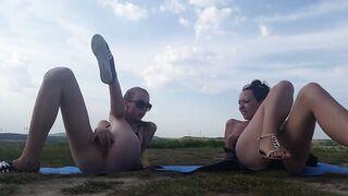 Zwei Freunde arrangierten eine gemeinsame Masturbation auf einem Feld in der Natur