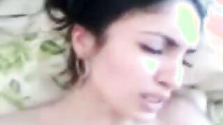 20 Jahre alte tadschikische Frau, die laut schreit, wenn sie vom Orgasmus abspritzt