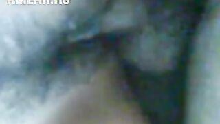 Ein Mann fickt einen Usbeken mit schönen Augen in einer Missionarsstellung