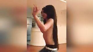 Usbekischer Student mit großen Titten, der nackt zur Musik tanzt