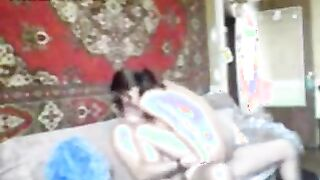 Ein Ehepaar aus Tadschikistan wird beim Filmen vor der Kamera auf einem Teppichhintergrund gefickt