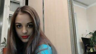Russische Studentin zeigt schöne Brüste und Arsch zu Freund auf Skype