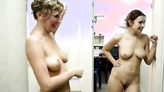 Nackte russische Mädchen fotografieren sich während einer Junggesellenparty in einer Sauna