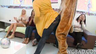 Auf einer Junggesellenparty fickt eine Stripperin die Braut und ihre Freundinnen