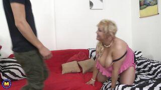 Der Typ fickt in verschiedenen Posen die dicke Mutter seiner Freundin
