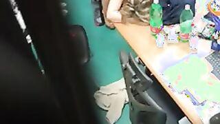 Der Typ nahm heimlich eine Sexlehrerin mit einem Mann im Lehrerzimmer