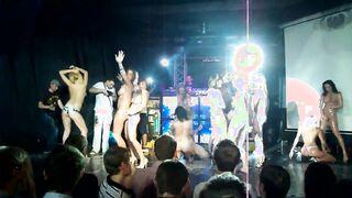 Porno-Party in einem Club mit einer Menge nackter Mädchen