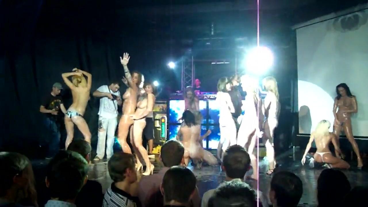 Betrunkenes Mädchen masturbiert Club