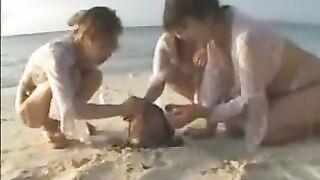 Perversionen weiblicher Koprofile am Strand mit einem Haufen Scheiße